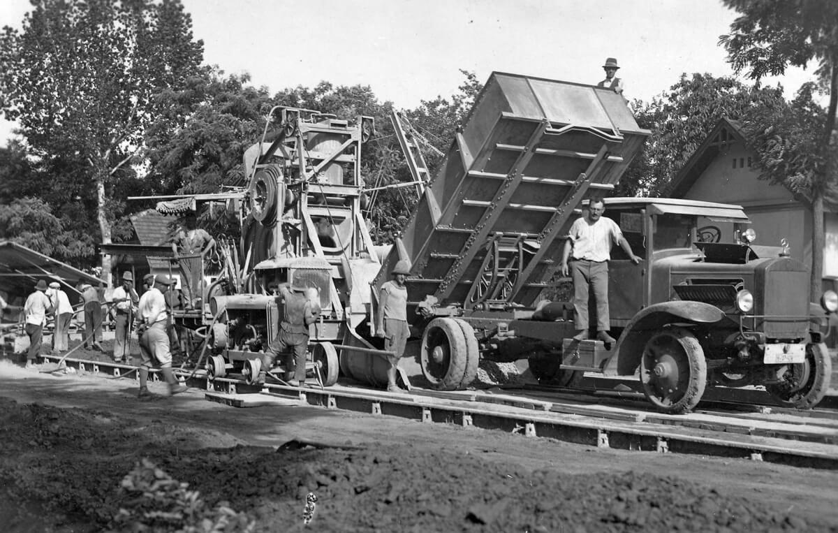 Csorvási betonút építése. (Trianon után az útépítés fő alapanyagává a beton vált.)
